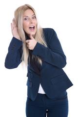 Junge Business Frau isoliert in Blau lauscht an der Türe