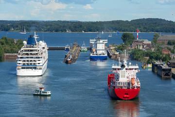 Schiffsverkehr an der Schleuse - 1185