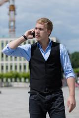 Junger Mann telefoniert