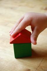 Kind baut Haus aus Bausteinen