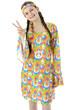 Hippie formt Finger zu Peace-Symbol - 66791064