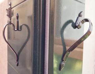 Griffe am Fenster als Herz