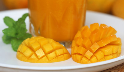 Mango juice with sliced fruit