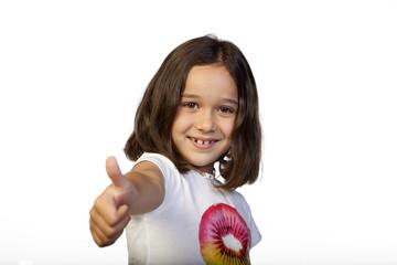 Niña de seis años haciendo gesto de OK