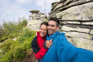 Selfie eines Paares beim Wandern