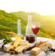 französischer Käase und Rotwein im Weinberg