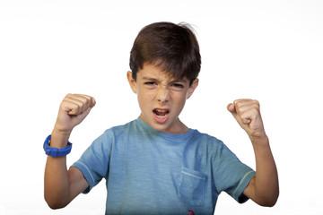 Niño haciendo gesto de victoria con los puños