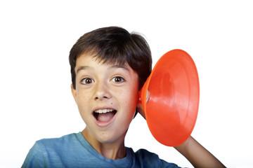 Niño escuchando con trompetilla naranja