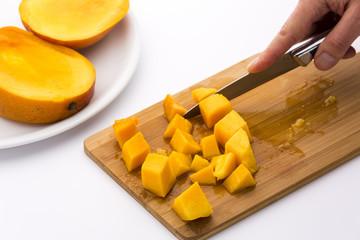 Mango in Würfel schneiden