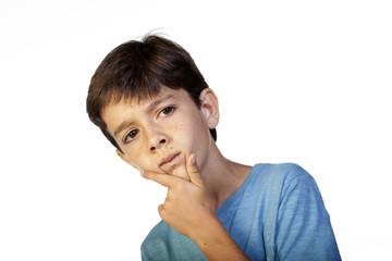 Niño de nueve años con gesto reflexivo