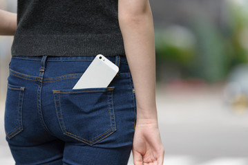 ポケットに入れたスマートフォン