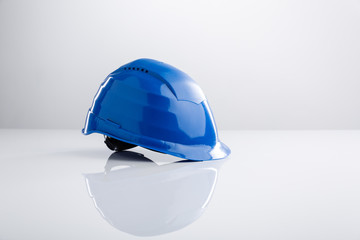 Blauer Arbeitshelm