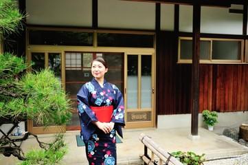 古い日本の家と浴衣の女性