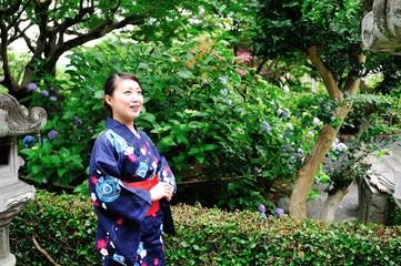 浴衣を着た女性と日本のお寺