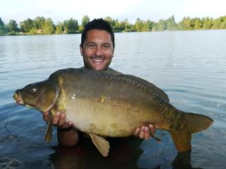 Pescatore felice dopo la bella carpa catturata