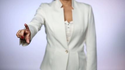 Frau bewegt virtuelle Symbole (Touchscreen)