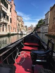 Гондола плывет по одному из каналов Венеции