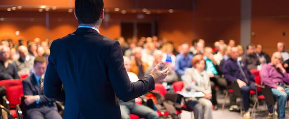 Prelegent na konferencji biznesowych i prezentacji.