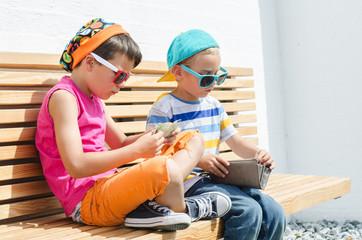 Kinder mit Geldbörse
