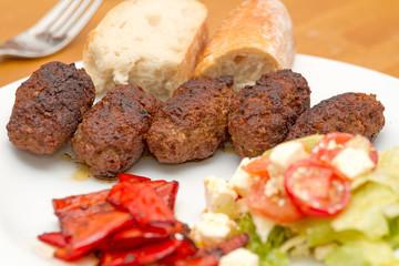 Cevapcici mit Salat, Fetakäse und Paprika
