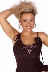 Attraktive lächelnde junge blonde Frau