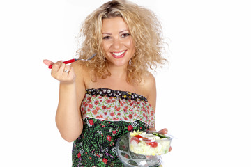 Frau ißt einen Salat