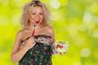Frau mit Gabel und Salat in der Hand