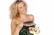 Lachende Frau mit Salat in der Hand