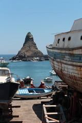 Acitrezza faraglione e barca cantiere nautico