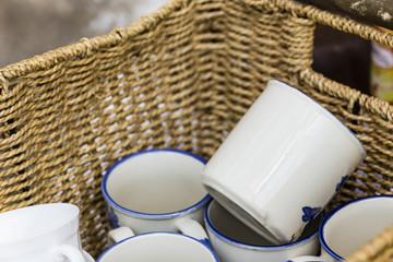 Kaffeebecher im Korb, coffee mugs in a basket