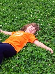 bambina sorridente al parco
