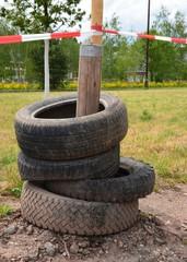 Absperrung mit alten Reifen und Absperrband