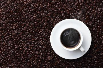 コーヒー豆の上のコーヒー