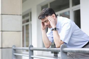 Manager in Düsseldorf hat Kopfschmerzen