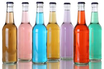 Bunte Getränke mit Cola in Flaschen