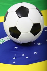Klassischer Fußball auf Flagge von Brasilien