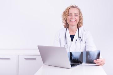 Freundliche Ärztin mit Röntgenbild
