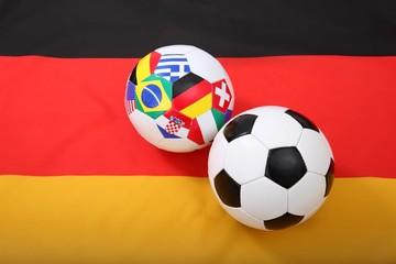 Fußbälle auf Flagge von Deutschland