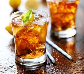 sweet tea with lemon slices and mint