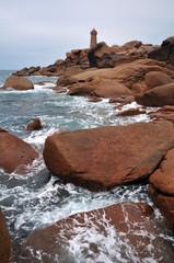 Phare de Ploumanach avec la mer, les rochers et l'écume