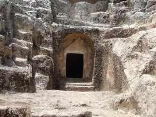 kayadan yontulmuş mezar kapısı