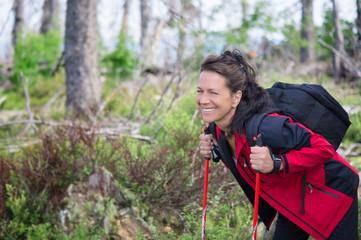 Frau freut sich über kleine Wanderpause