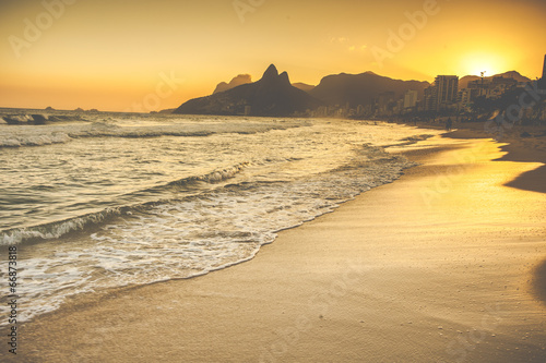 Poster Strand Warm Sunset on Ipanema Beach with People, Rio de Janeiro, Brazil