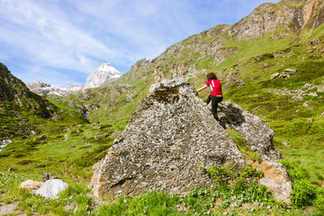 Ragazza si arrampica su roccia in montagna