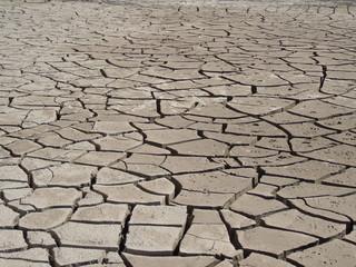 kuraklıktan dolayı toprakta oluşan çatlaklar
