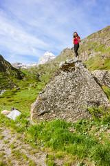 Ragazza su roccia in montagna