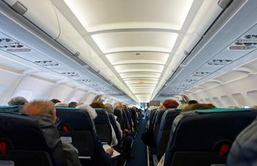 Passagers d'un vol moyen courrier dans un avion