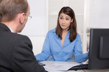 Business Meeting oder Beratung: Mann und Frau im Büro