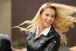 Motorradfahrerin mit wehenden Haaren