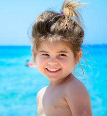 Bimba al mare che sorride